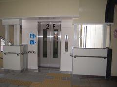 コンコース階:下り線、エレベーター乗降口正面